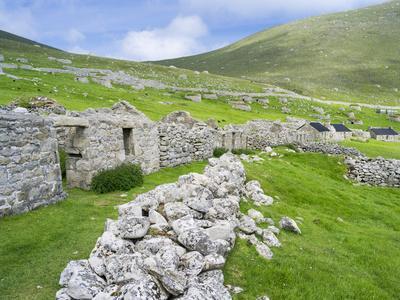 https://imgc.allpostersimages.com/img/posters/scotland-st-kilda-islands-hirta-island-abandoned-settlement_u-L-PU3GC40.jpg?artPerspective=n