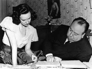 SHADOW OF A DOUBT, 1943 directed by ALFRED HITCHCOCK On the set,Alfred Hitchcock directs Teresa Wri
