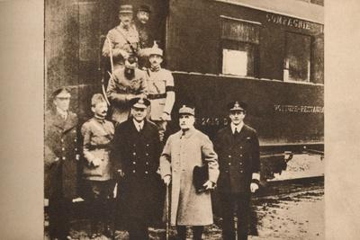 https://imgc.allpostersimages.com/img/posters/signing-of-the-armistice-to-end-the-first-world-war-11-november-1918-1935_u-L-Q1EFA150.jpg?artPerspective=n
