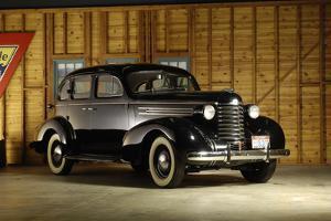 Oldsmobile 1937 by Simon Clay
