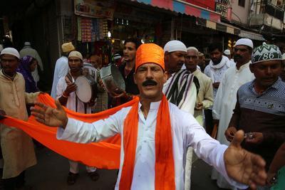 https://imgc.allpostersimages.com/img/posters/singers-outside-ajmer-sharif-dargah-rajasthan-india_u-L-Q1GYK6Q0.jpg?artPerspective=n