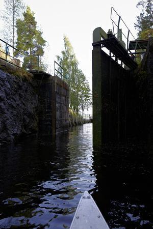 https://imgc.allpostersimages.com/img/posters/sluice-at-lennartsfors-in-the-dalsland-canal-on-lelang-lake-dalsland-vaermlands-laen-sweden_u-L-Q1EXVAR0.jpg?artPerspective=n