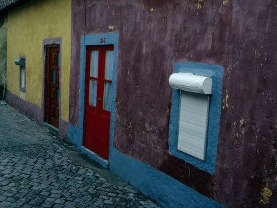 https://imgc.allpostersimages.com/img/posters/small-painted-houses-and-cobblestone-streets-of-vila-do-condo-vila-do-conde-douro-portugal_u-L-P3SCLL0.jpg?p=0