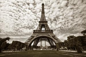 Eiffel Tower in Paris by sognolucido