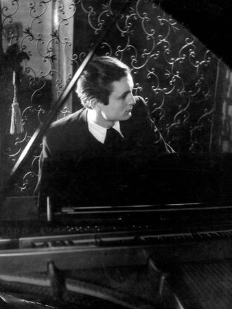 https://imgc.allpostersimages.com/img/posters/sombre-pianist_u-L-Q1073UV0.jpg?p=0