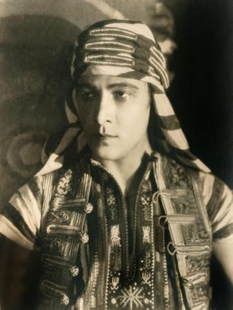 https://imgc.allpostersimages.com/img/posters/son-of-the-sheik-rudolph-valentino-1926_u-L-PJYR7S0.jpg?artPerspective=n