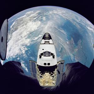 Space Shuttle Atlantis from Orbital Station Mir, June 29, 1995