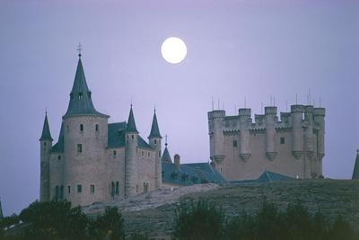 https://imgc.allpostersimages.com/img/posters/spain-castil-and-leon-region-segovia-province-segovia-old-town-alcazar-castle-night-view_u-L-PP3GJE0.jpg?p=0