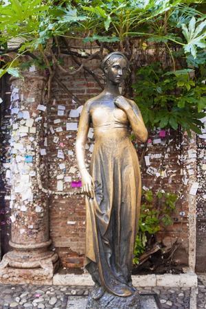 https://imgc.allpostersimages.com/img/posters/statue-of-juliet-juliet-s-house-verona-unesco-world-heritage-site-veneto-italy-europe_u-L-PQ8SDN0.jpg?p=0