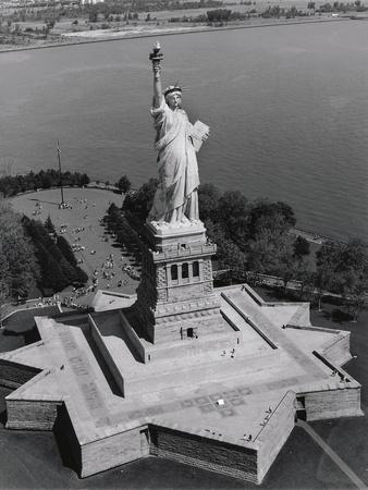 https://imgc.allpostersimages.com/img/posters/statue-of-liberty_u-L-Q1AGUZC0.jpg?p=0
