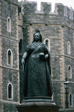 https://imgc.allpostersimages.com/img/posters/statue-of-queen-victoria-windsor-castle_u-L-PP9OWN0.jpg?p=0
