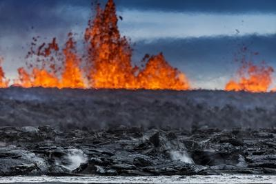 https://imgc.allpostersimages.com/img/posters/steaming-lava-and-plumes-at-the-holuhraun-fissure-eruption-near-bardarbunga-volcano-iceland_u-L-PZS4C20.jpg?p=0