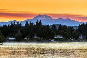 Picturesque sunset view over the Olympic Peninsula mountains, Bremerton, Kitsap Peninsula, Washingt by Stefano Politi Markovina