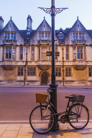 England, Oxfordshire, Oxford, Bicycle and High Street by Steve Vidler