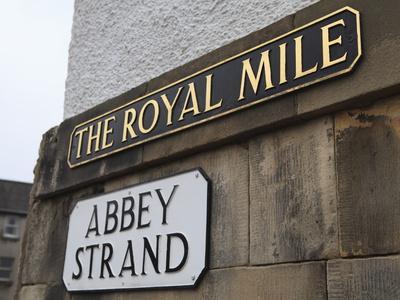 https://imgc.allpostersimages.com/img/posters/street-signs-royal-mile-old-town-edinburgh-lothian-scotland-uk_u-L-PFNXZ20.jpg?p=0