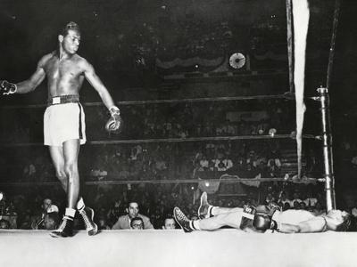 https://imgc.allpostersimages.com/img/posters/sugar-ray-robinson-knocked-out-filipino-flashy-sebastian-in-the-first-round_u-L-Q10WNF80.jpg?artPerspective=n