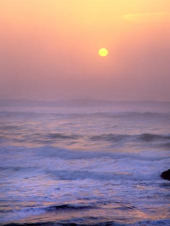 https://imgc.allpostersimages.com/img/posters/sun-setting-over-the-pacific-ocean-oregon-usa_u-L-PN6S2O0.jpg?p=0