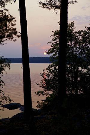 https://imgc.allpostersimages.com/img/posters/sundown-lelang-lake-dalsland-goetaland-sweden_u-L-Q1EXS0A0.jpg?artPerspective=n