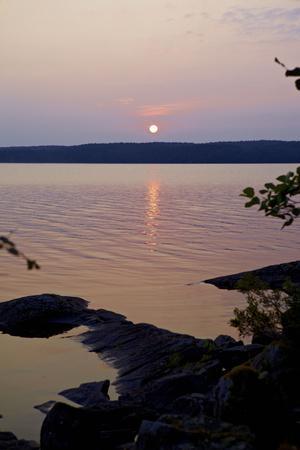 https://imgc.allpostersimages.com/img/posters/sundown-lelang-lake-dalsland-sweden_u-L-Q1EXTQ00.jpg?artPerspective=n