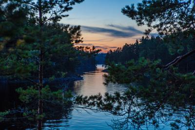 https://imgc.allpostersimages.com/img/posters/sundown-stora-le-lake-dalsland-goetaland-sweden_u-L-Q1EXSOE0.jpg?artPerspective=n