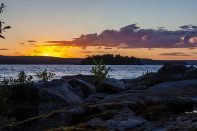 https://imgc.allpostersimages.com/img/posters/sundown-stora-le-lake-sweden_u-L-Q1EXSYZ0.jpg?artPerspective=n