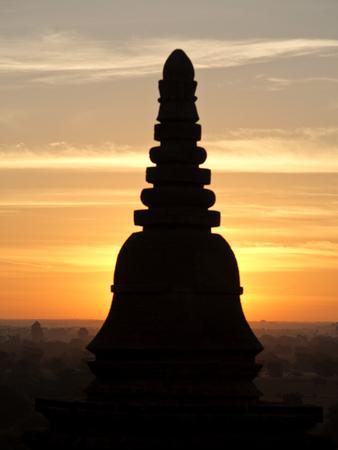 https://imgc.allpostersimages.com/img/posters/sunrise-in-the-buddhist-temples-of-bagan-pagan-myanmar-burma_u-L-PWFH9R0.jpg?p=0
