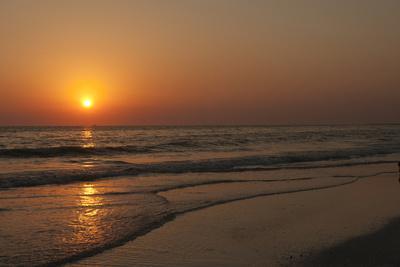 https://imgc.allpostersimages.com/img/posters/sunset-across-quiet-surf-crescent-beach-sarasota-florida-usa_u-L-PXR8LK0.jpg?p=0