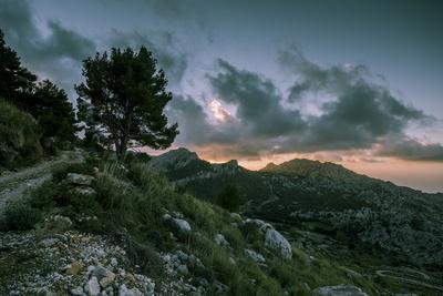 https://imgc.allpostersimages.com/img/posters/sunset-on-majorca-serra-de-tramuntana_u-L-Q11YT5C0.jpg?artPerspective=n