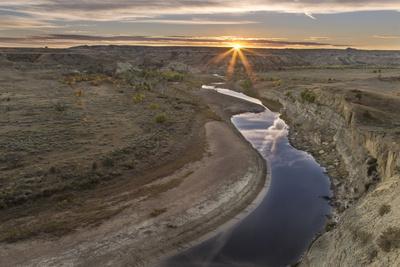 https://imgc.allpostersimages.com/img/posters/sunset-over-the-little-missouri-river-north-dakota-usa_u-L-PN6MHH0.jpg?p=0
