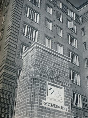 https://imgc.allpostersimages.com/img/posters/swan-court-chelsea-1932_u-L-Q1EF9AA0.jpg?artPerspective=n