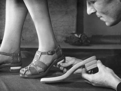 Anpassen von Sandalen in einer Berliner Schuhfabrik, 1940