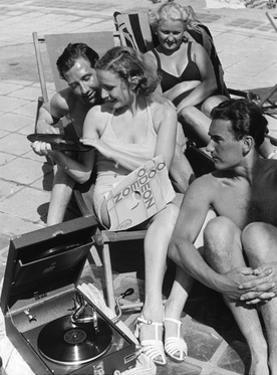 Badegäste am Strandbad Wannsee hören Musik, 1938 by SZ Photo