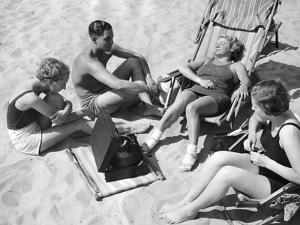 Badegäste hören Musik, 1938 by SZ Photo