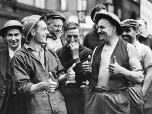 Britische Feuerwehrleute, 1940 by SZ Photo