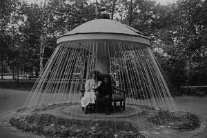 Champignonbrunnen im Schloss Peterhof, 1913 by SZ Photo