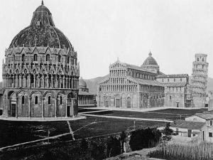 Der Domplatz (Piazza del Duomo) in Pisa by SZ Photo