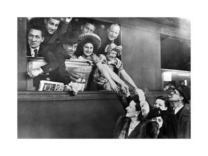 Ein französisches Theaterensemble beim Abschied, 1943 by SZ Photo