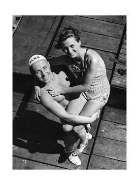 Ein Rettungsschimmer posiert mit weiblichem Badegast, 1939 by SZ Photo