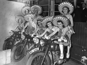 Frauen des Tobis-Balletts mit Motorrädern, 1939 by SZ Photo