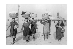 Frauen in Triest auf dem Weg zum Markt, 1932 by SZ Photo