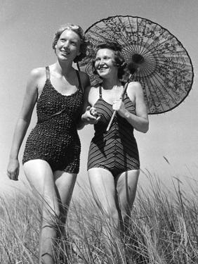 Frauen mit Sonnenschirm, 1939 by SZ Photo