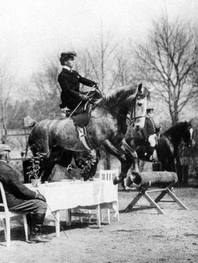 Reiterin überspringt Tisch, 1907 by SZ Photo