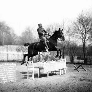 Sprung über einen Tisch, 1907 by SZ Photo