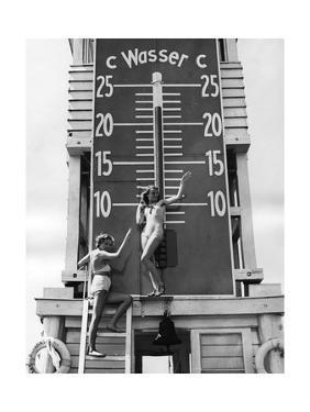 Zwei Frauen vor dem riesigen Thermometer am Wannsee, 1939 by SZ Photo