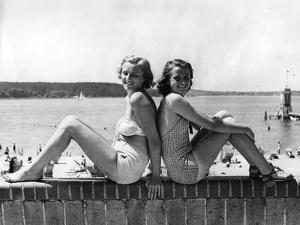 Zwei junge Frauen posieren am Wannsee, 1939 by SZ Photo