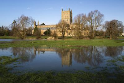 https://imgc.allpostersimages.com/img/posters/tewkesbury-abbey-reflected-in-flooded-meadow-tewkesbury-gloucestershire-england-uk_u-L-PWFEY70.jpg?p=0