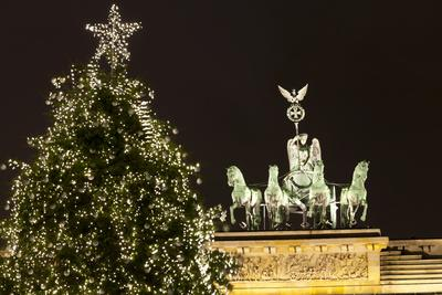 https://imgc.allpostersimages.com/img/posters/the-brandenburg-gate-and-christmas-tree-berlin-germany-europe_u-L-PWFEHV0.jpg?p=0