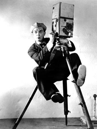 https://imgc.allpostersimages.com/img/posters/the-cameraman-buster-keaton-1928-newsreel-camera_u-L-PH3FPO0.jpg?artPerspective=n