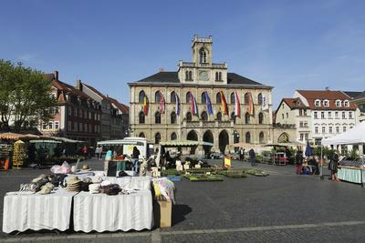 https://imgc.allpostersimages.com/img/posters/the-city-hall-rathaus-and-market-stalls-on-the-cobbled-market-place-marktplatz-in-weimar_u-L-PWFDV70.jpg?p=0
