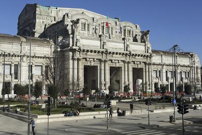 https://imgc.allpostersimages.com/img/posters/the-facade-of-milan-central-railway-station-milano-centrale_u-L-PWFDWJ0.jpg?p=0